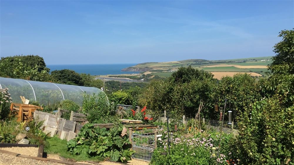 Mountain lodge with sea views - Newport - Sleeps 4 - Ref 2216