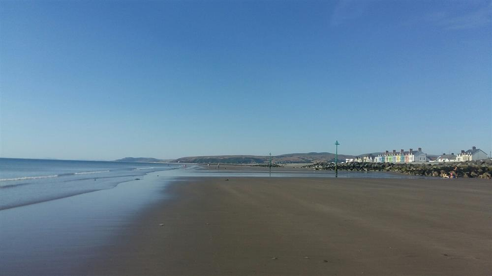 Sea view property near the beach at Borth - Sleeps 5 - Ref 2170