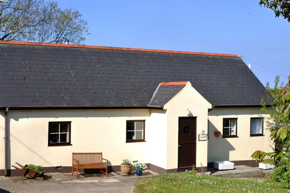 Charming bungalow situated at the end of a quiet lane surrounded by open countryside - Sleeps 4 - Ref 653