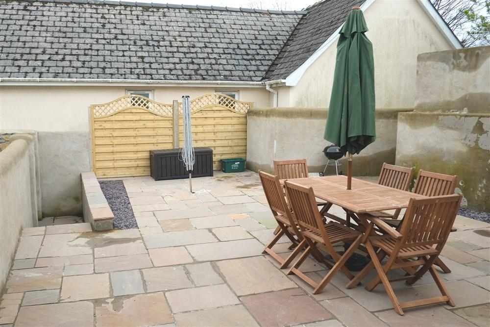 Photograph of 2111-8-walled patio terrace