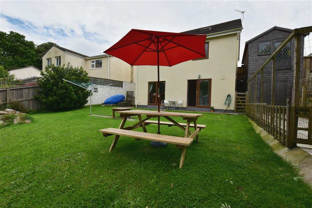Comfortable lower ground floor apartment with a  lovely big garden - Sleeps 3 - Ref 2187