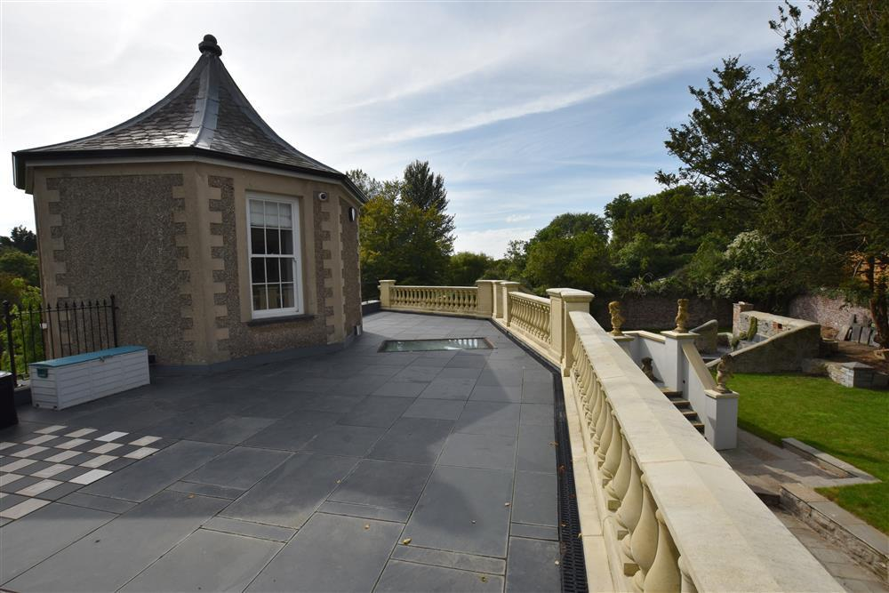Grade 1 Listed Gazebo providing luxurious modern holiday accommodation - Sleeps 4 - Ref 2193