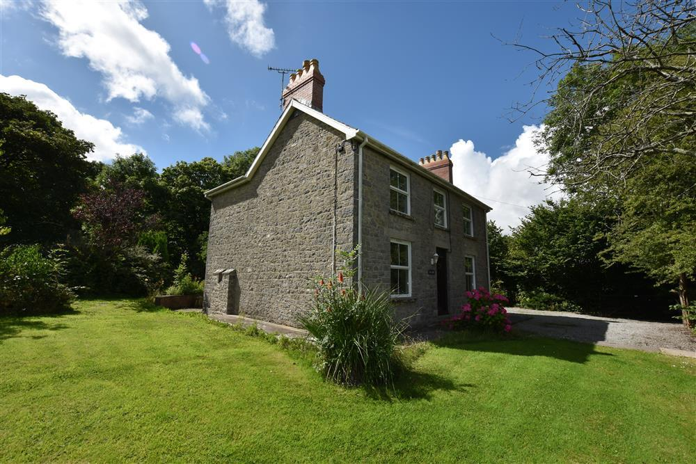 Detached house with enclosed 1 acre garden - Sleeps 6 - Ref 2196