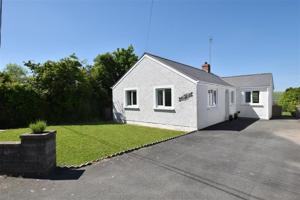 Detached bungalow close to coast - Dinas Cross - Sleeps 4 - Ref 2220