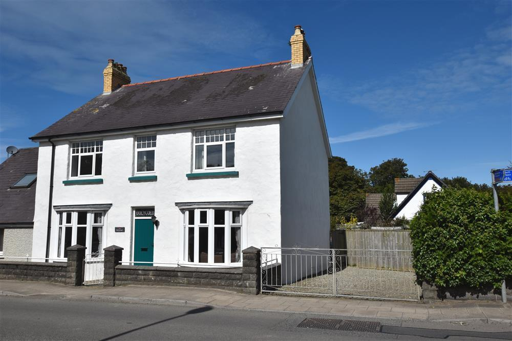 Large family house - close to coast - Newport - Sleeps 6 - Ref 2225