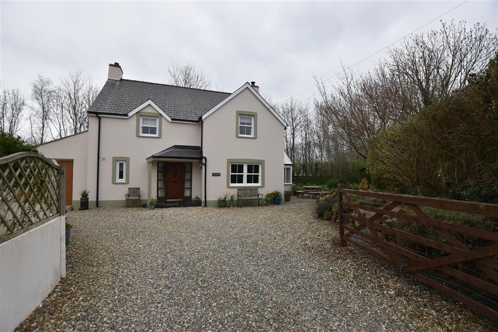 Large detached house with garden - Newport - Sleeps 8 - Ref 2240