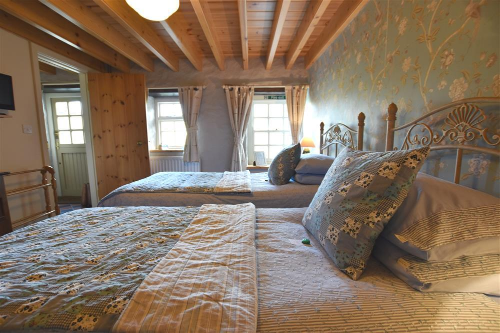 Photograph of 2238-6-Twin bedroom (2)