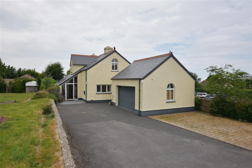 Large detached house with covered deck & garden  Sleeps: 8  Property Ref: 2248