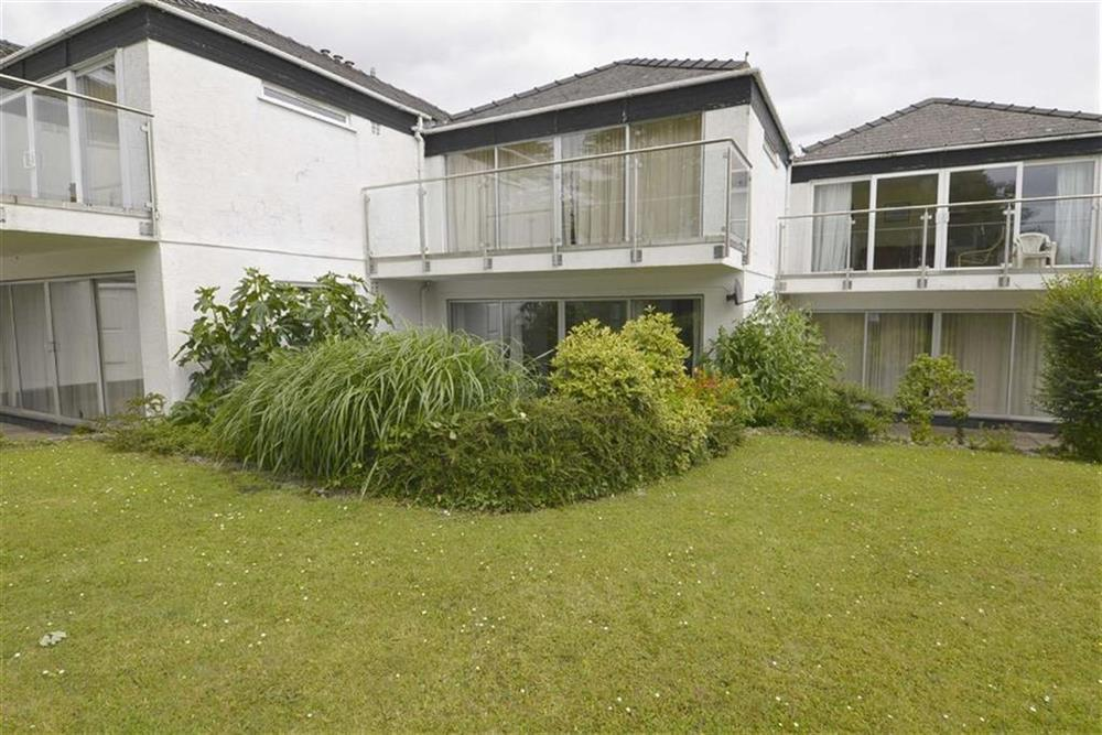 Contemporary Apartment 5 minutes walk from the beach-Sleeps4-Ref2252