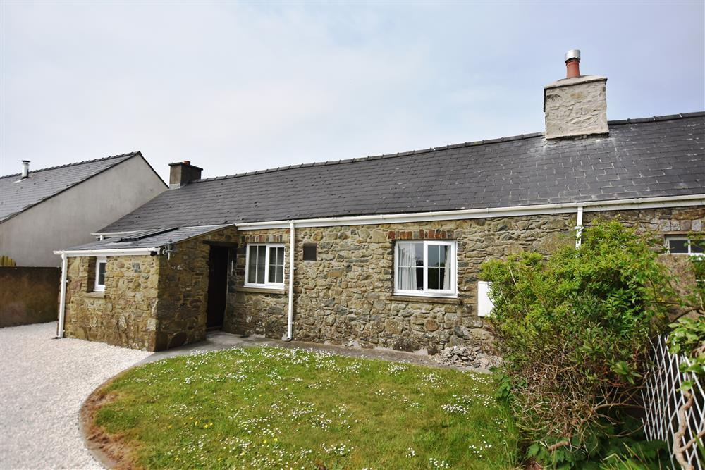 Attractive stone holiday cottage within 10 minutes of both Solva and St Davids - Sleeps 6 - Ref 2131