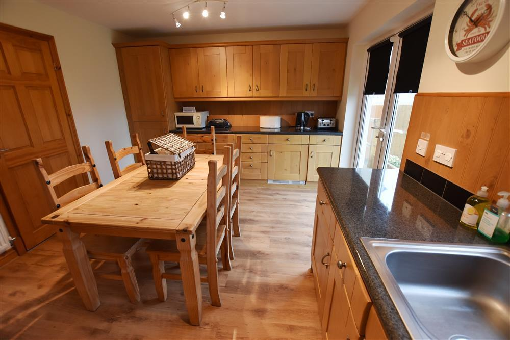 02 Newgale Cottage kitchen 2202 (1)