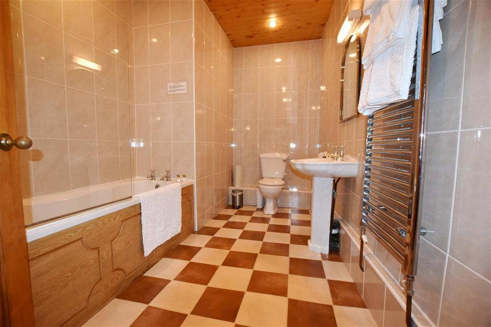 05-Ensuite Bathroom-821