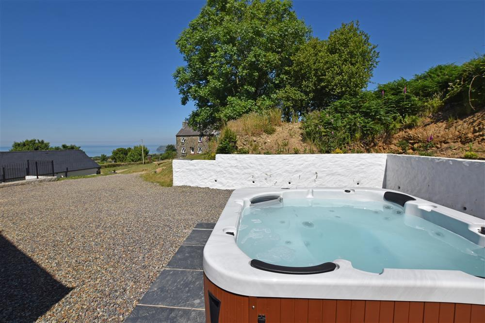 Photograph of 2237-8-garden and hot tub (1)