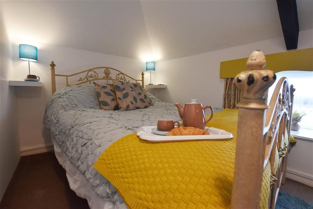 06 Double bed Fishguard Cottage 2254 (2)