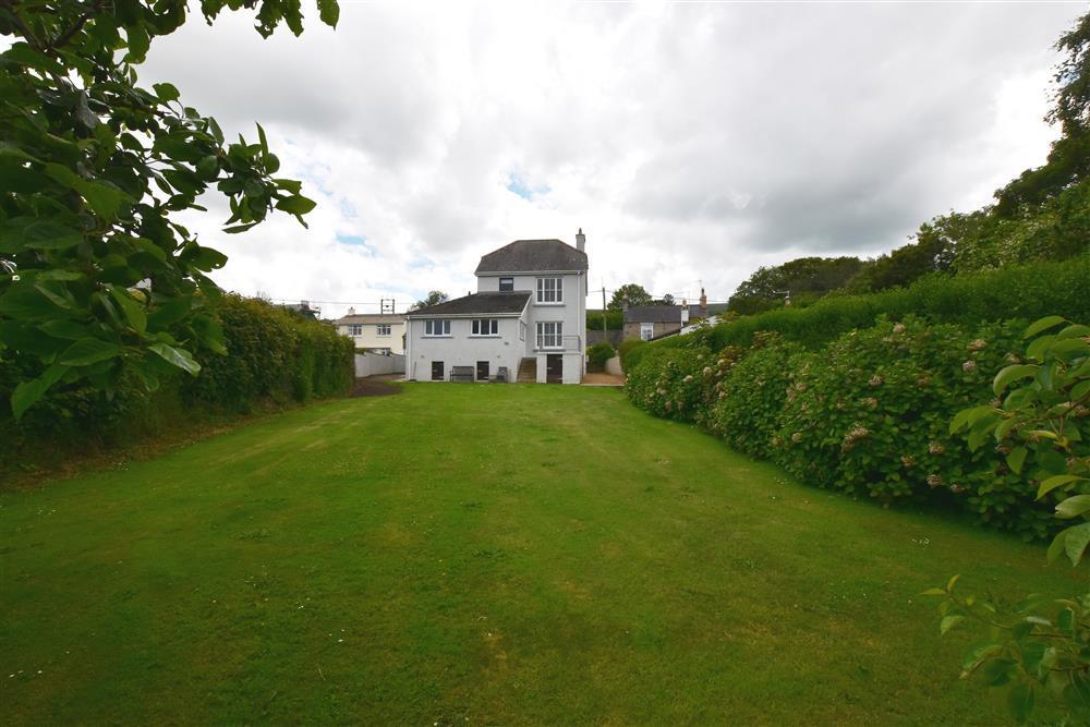 Large detached house with enclosed garden. Walk to pubs, coast etc - Sleeps 7 - Ref 2258