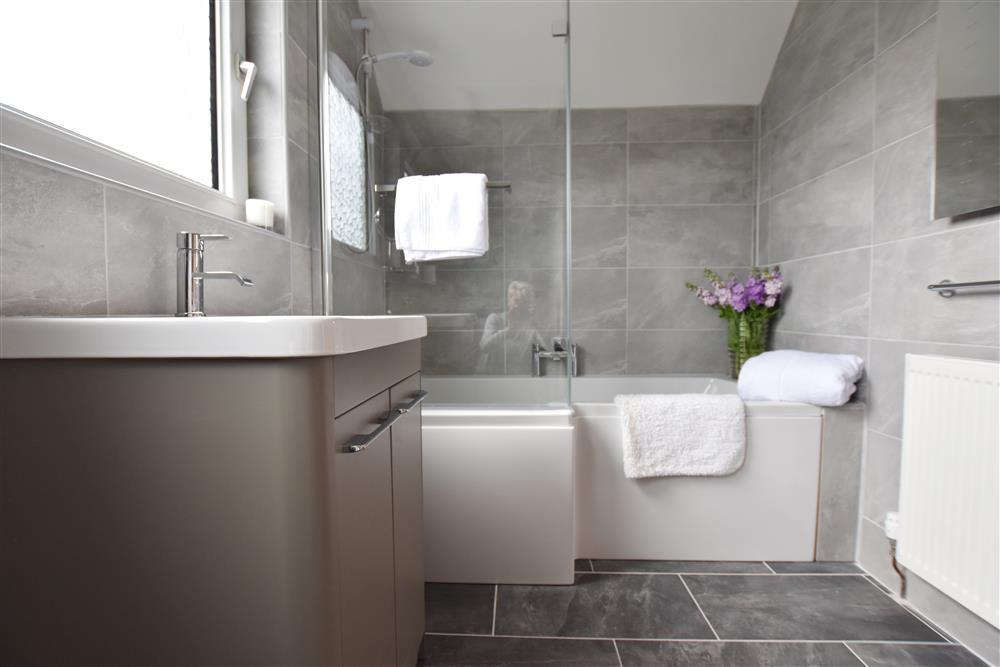 2242-7-bath and shower room (23)