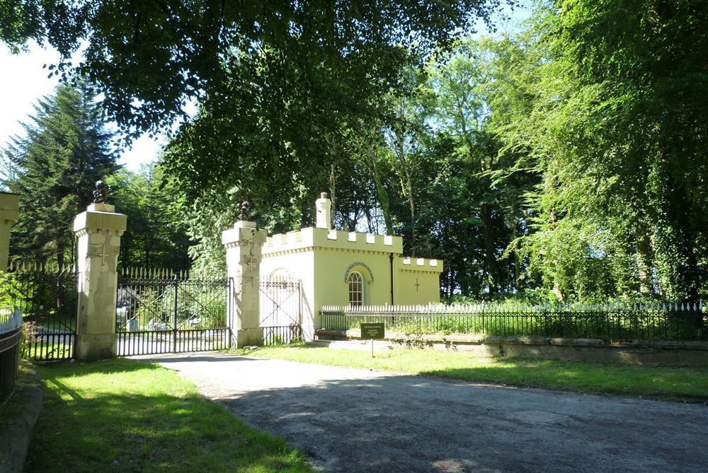 19th Century Grade 2 listed castellated Gatehouse Lodge at Picton Castle - Sleeps 4 - Ref 2235