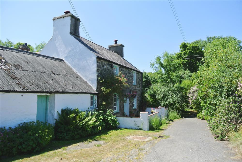Authentic Farmhouse near coast with 10 acres of wildlife meadows with woodland borders - Sleeps 8 - Ref 2251