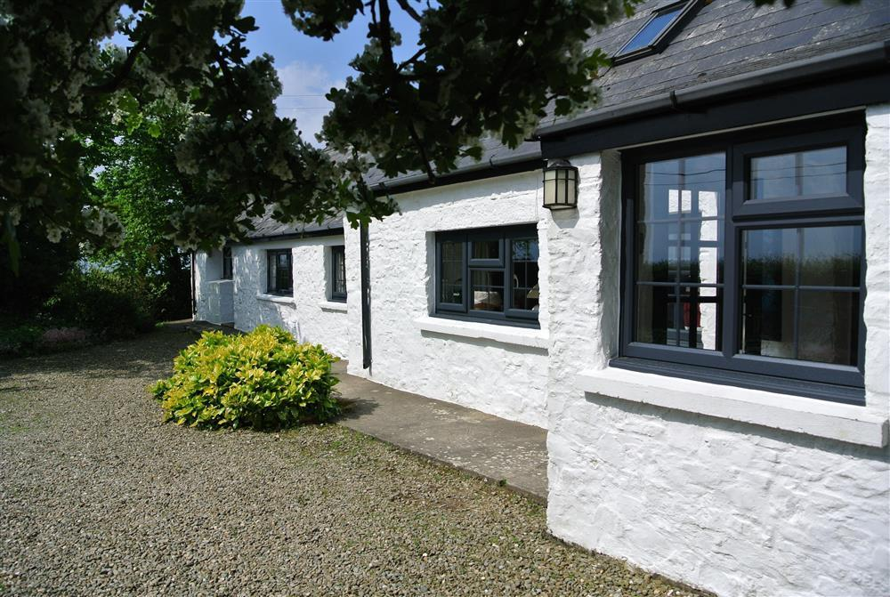 Welcoming cottage in the Pembrokeshire National Park less than a mile from Newport Sands - Sleeps 5 - Ref 725