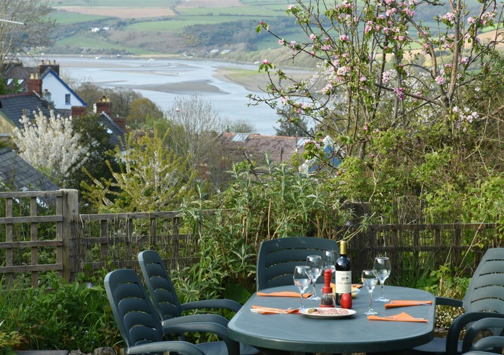 Detached bungalow with enclosed garden and stunning views of the Teifi Estuary - Sleeps 6 - Ref 2029