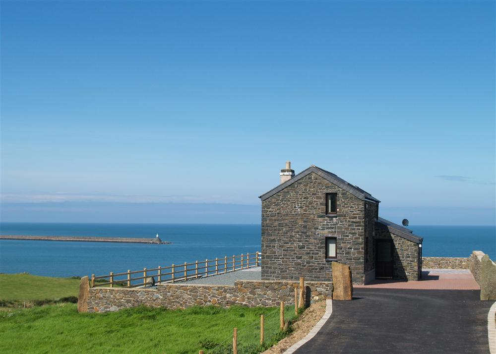 Truly unique property in a superb north Pembrokeshire cliff top location - Sleeps 4 - Ref 933