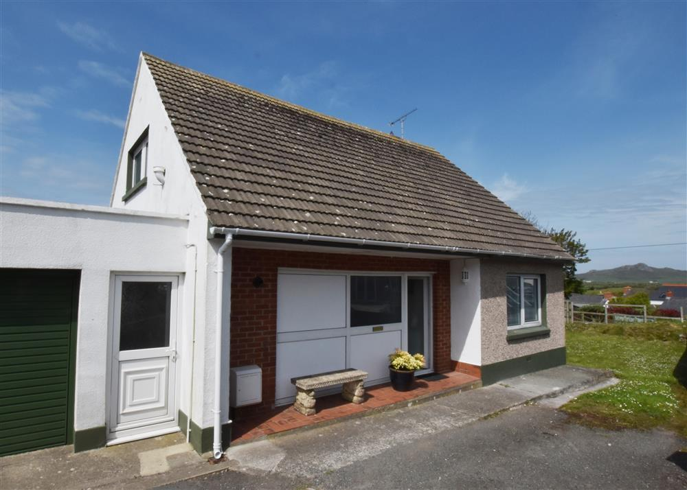 Spacious contemporary styled detached dormer bungalow near the Pembrokeshire coast  Sleeps: 4  Property Ref: 2242