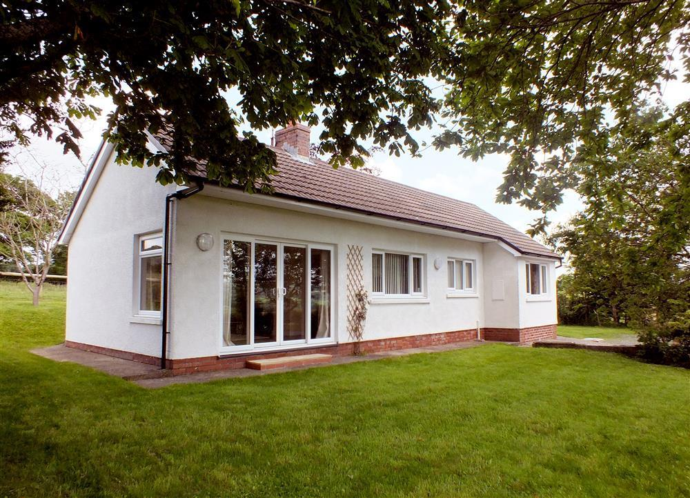 Detached country bungalow in the countryside  close to the Preseli Hills - Sleeps 7 - Ref 2034