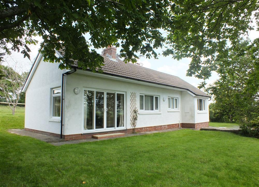 Detached bungalow with enclosed garden in the countryside near  the Preseli Hills - Sleeps 7 - Ref 2034