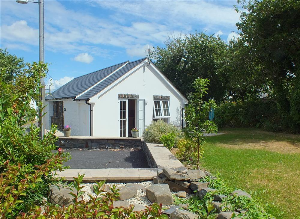 Detached stone and slate cottage about 200 yards from the sea - Sleeps 4 - Ref 2155