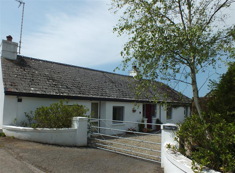 Delightful cottage on the coast road between Poppit and Newport Sands - Sleeps 4 - Ref 2033