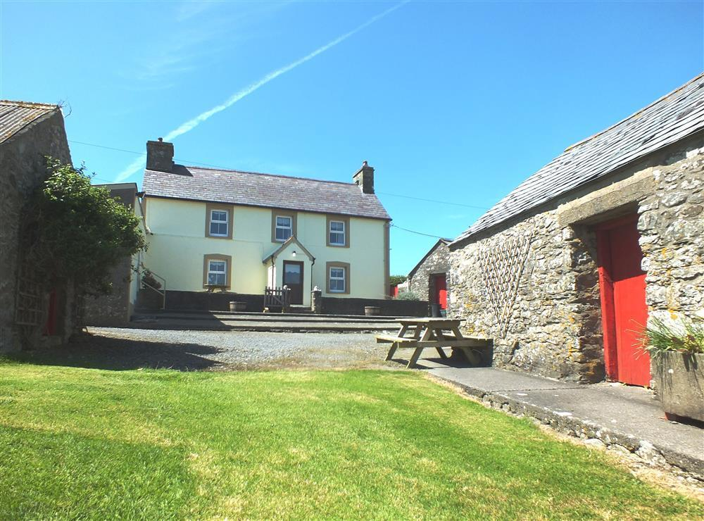 Farmhouse on working farm close to Moylegrove and Newport sands beach - Sleeps 7 - Ref 244