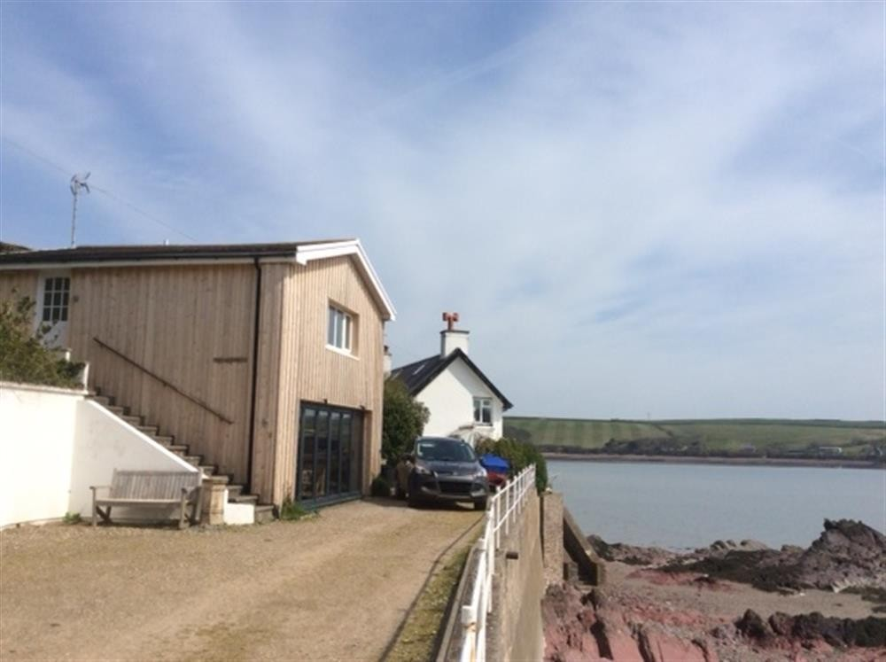 Seafront Boathouse - Dale Beach - Sleeps 3 - Ref 557