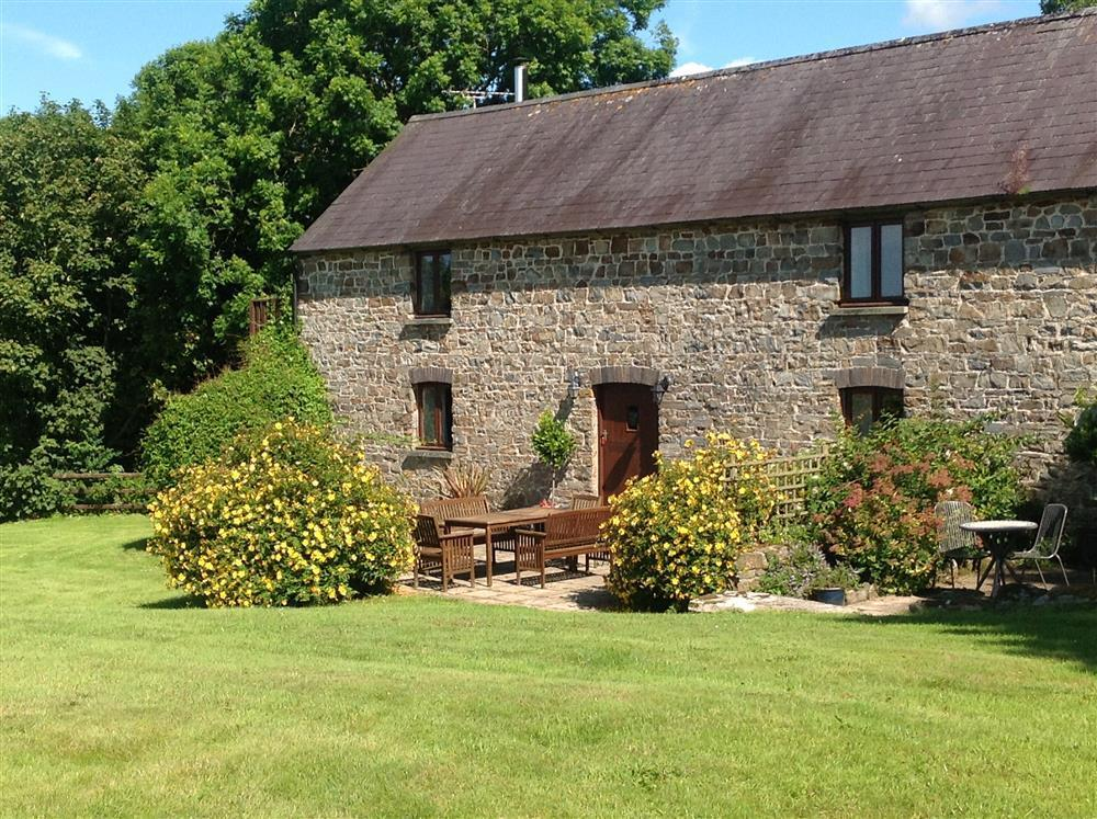 Upside down Granary Cottage near Newport Sands and Ceibwr Bay - Sleeps 6 - Ref 145