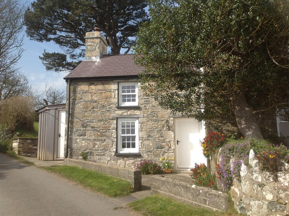 Cosy cottage - 5 minutes walk from the Parrog and coast  Sleeps: 2  Property Ref: 2005