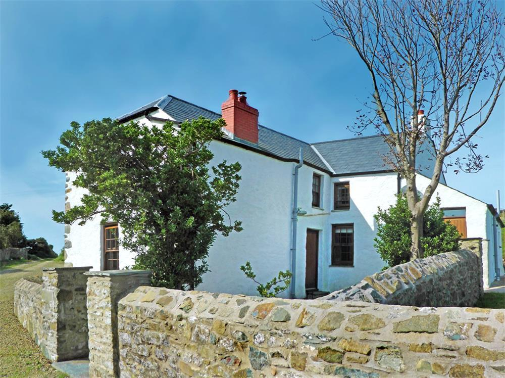 Spacious Farmhouse near Strumble Head and Pembrokeshire Coastal path  Sleeps: 5  Property Ref: 539