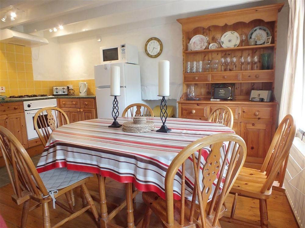 Photograph of 2101-3-cottage-dining-area