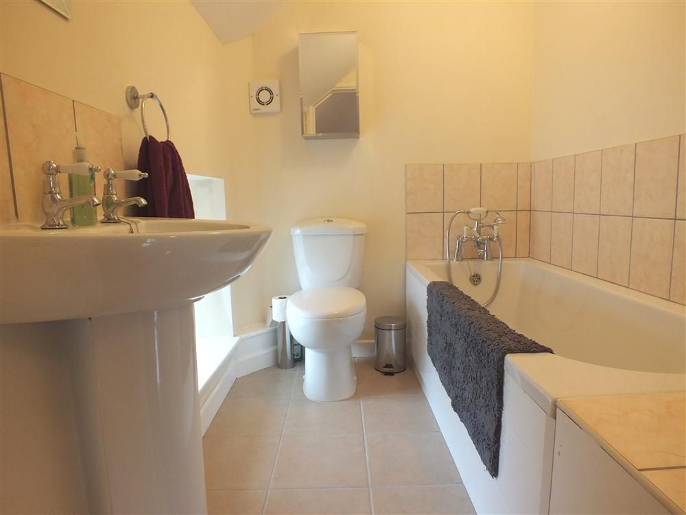 2125-6-en-suite-bathroom