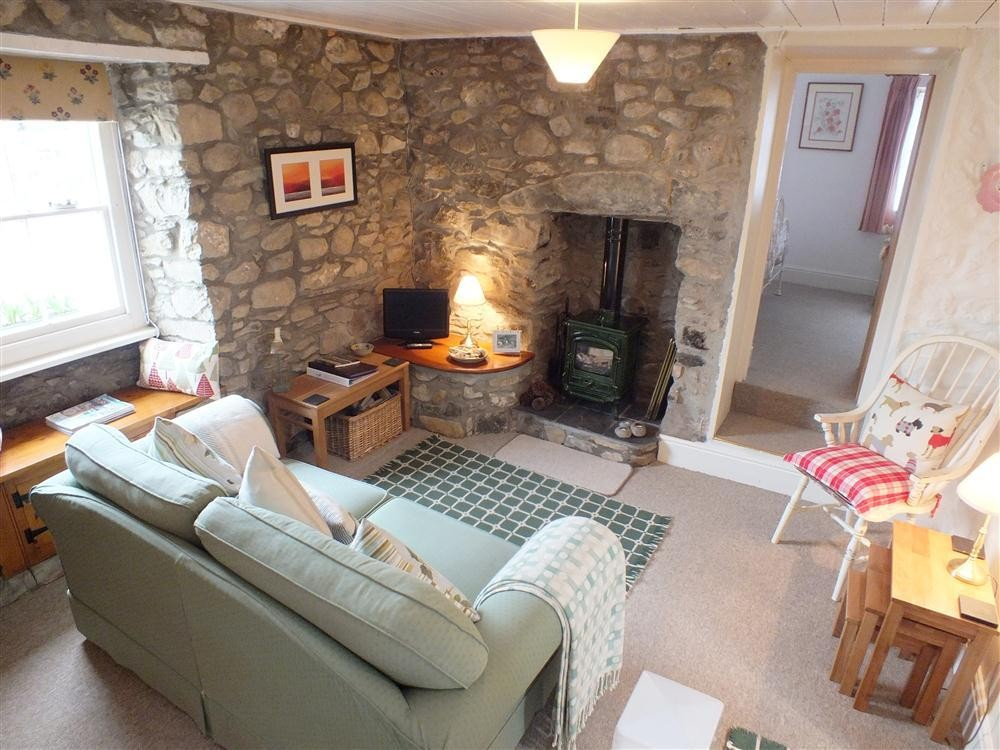 Foot of Newport Mountain (Carningli) in Pembrokeshire. Sleeps 2, Pets Welcome, Property ref: 621