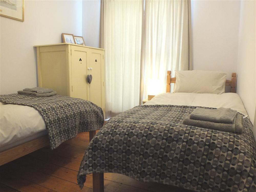 Photograph of 2132-6-twin bedroom
