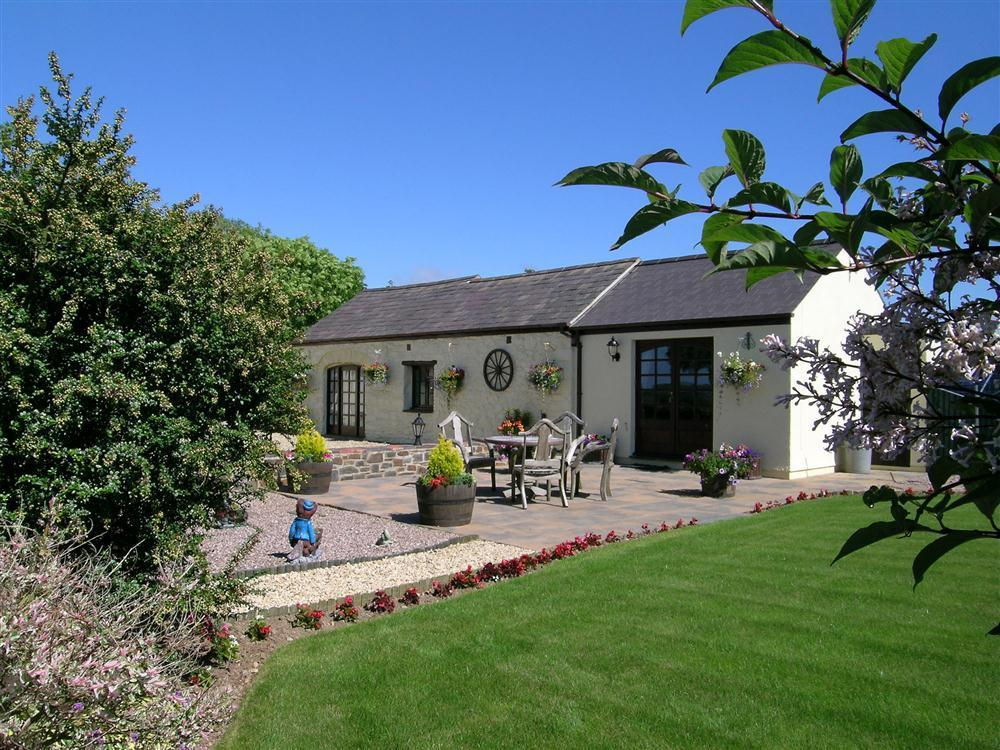 Cottage with pool, sauna & hot tub - Dwrbach - Fishguard - Sleeps 2 - Ref 686