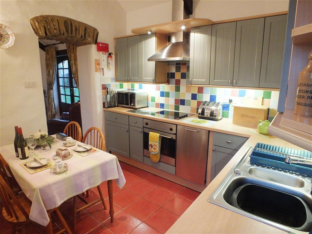 686-2-kitchen and dining room