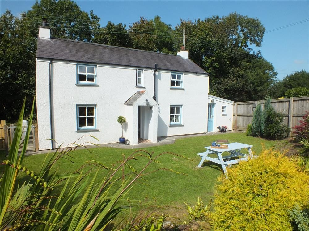 Pretty detached Woodland Cottage by river  - Sleeps 5 - Ref 2163