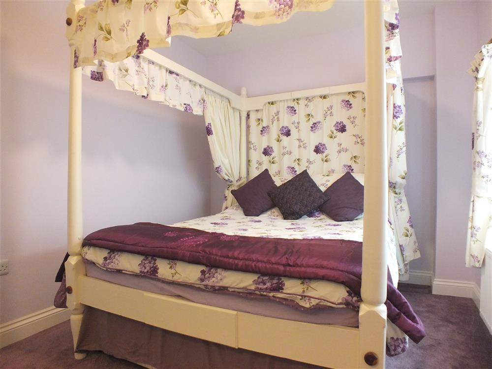 2164-7-four poster bedroom