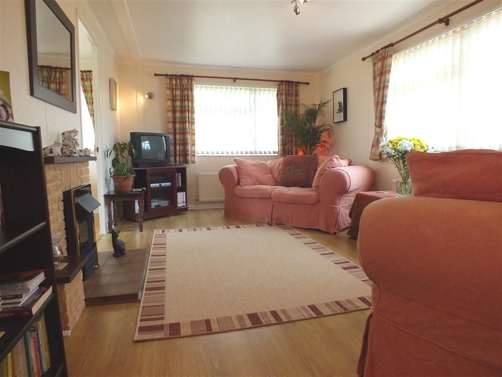 Chalet at Country Club - Dinas - near Newport - Sleeps 4 - Ref 2040