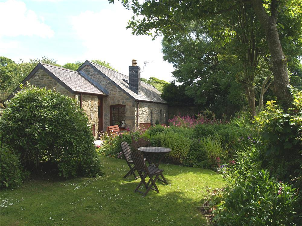 Delightful detached single storey cottage near Newport and Fishguard - Sleeps 2 - Ref 2059