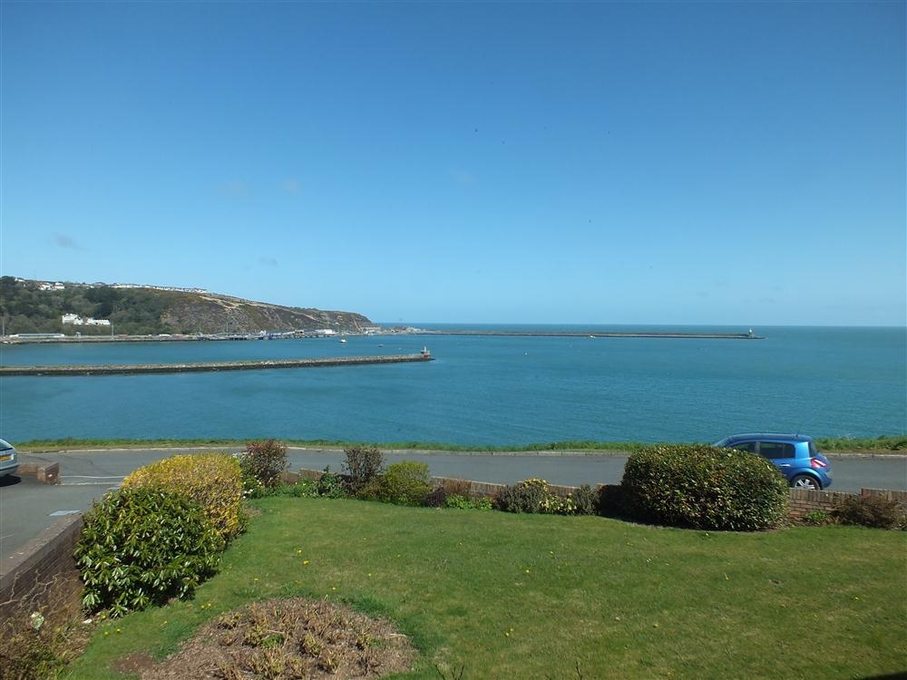 Detached bungalow - sea views - Fishguard Bay - Sleeps 6 - Ref 2098