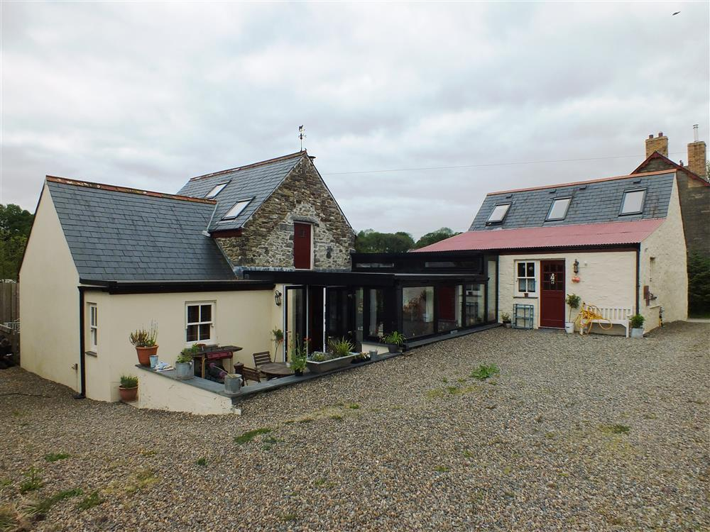 Converted cornmill is situated in the heart of the Pembrokeshire countryside - Sleeps 8 - Ref 2178