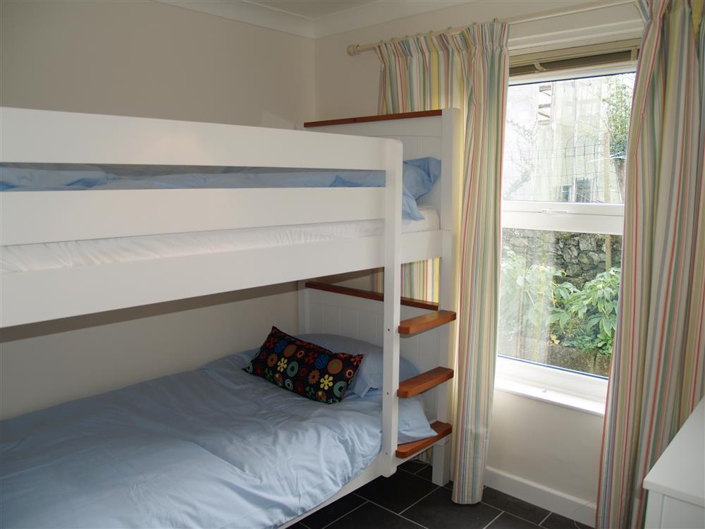 2029-7-twin bedroom with bunkbeds