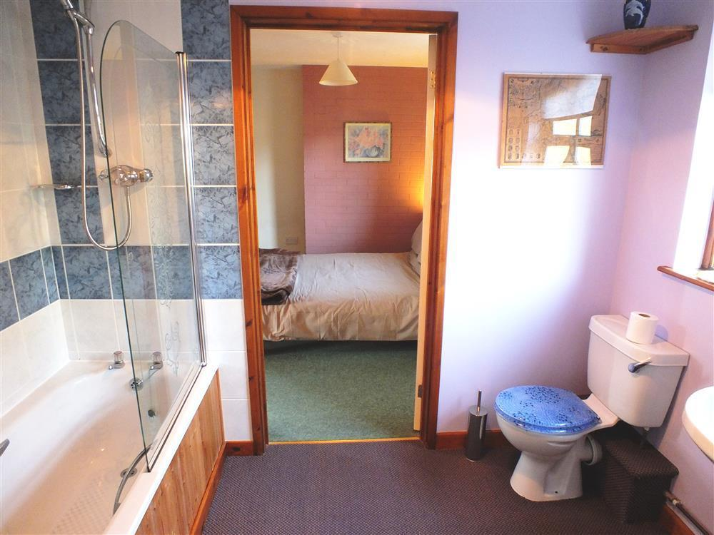Photograph of 2144-6-Lan y Mor Solva Jack ad Jill bathroom