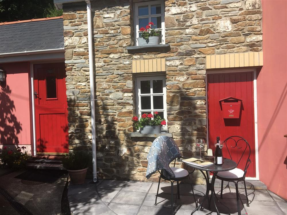 Tiny cottage perched high above the village, a perfect holiday hideaway - Sleeps 2 - Ref 2215